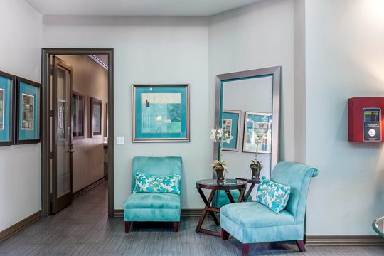Cierra Crest Apartments - Stylish Lounge Area with Large Mirror