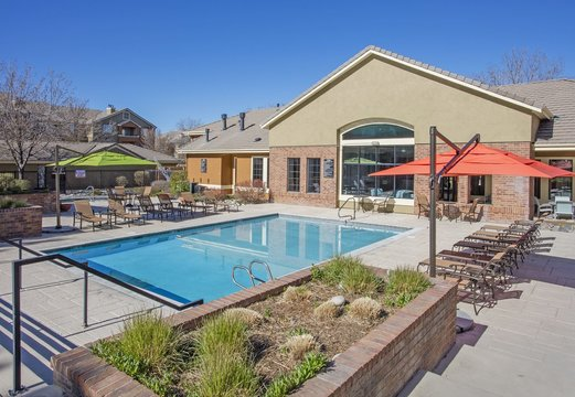 Cierra Crest Apartments - Sparkling Swimming Pool with Umbrella and Chairs